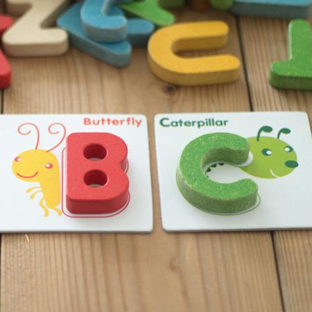 Drewniany alfabet A-Z, drewniane literki do nauki, do składania słów, Plan Toys