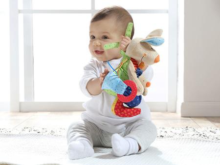 SIGIKID Przytulanka aktywizująca Kangurek z gryzakiem, grzechotką, piszczałką, wibracją i szeleszczącą folią 6m+ PlayQ